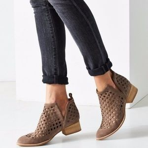 Jeffrey Campbell Taggart perforated booties sz 8.5
